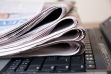 Zeitungen auf Tastatur
