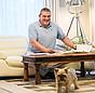 Praxistester Schroeter und sein Hund im Wohnzimmer