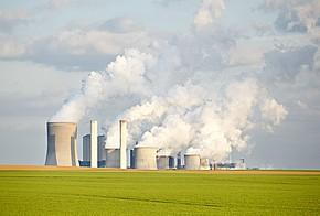 Rauch steigt über Kraftwerke auf und verdeutlicht die anfallende Abwärme