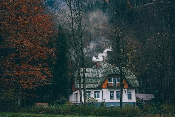 Ein Haus mit Schornstein, aus dem Rauch steigt.