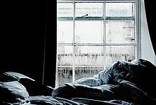 Vorhänge zuziehen im Winter ist eine geeignete Maßnahme zum Sparen von Heizkosten.