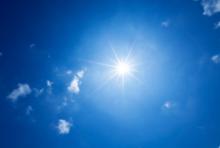blendende Sonne am blauen Himmel