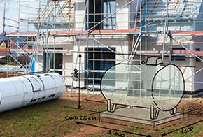 Ein skizzierter Flüssiggas-Tank vor einem Einfamilienhaus
