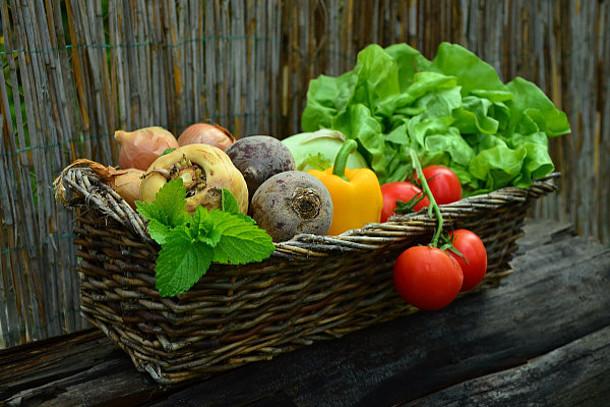 Frisches Gemüse in einem Korb.