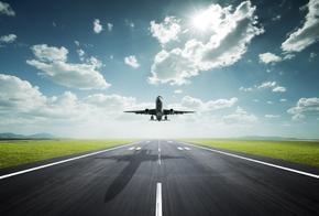 Flugzeug beim Anflug auf die Landebahn