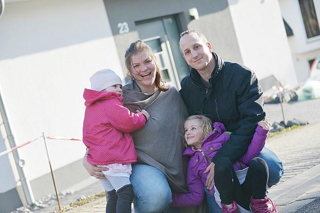 Familie Hopp vor ihrem Haus.