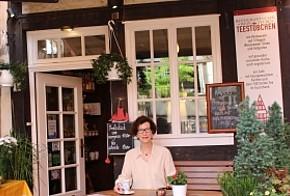 """Jutta Gaeth vor ihrem Restaurant & Café """"Teestübchen"""""""