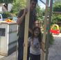 Christoph Kniehase und seine Tochter mit einem Modell des Pufferspeichers.