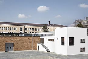 Auf dem Dach der Werkhalle produziert eine Photovoltaik-Anlage den Strom für den Betrieb der Anlagen und die Büros.