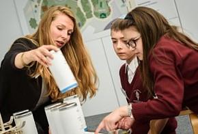 co2online auf der Woche der Umwelt: Mitarbeiterin und zwei Schüler an der Energie-Waage