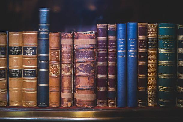 Alte Bücher im Regal.