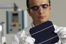 Wissenschaftler mit Solarzelle