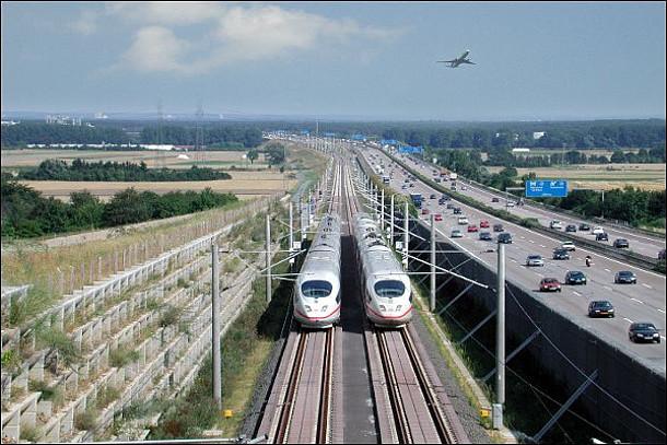 Auf dem Bild sind zwei ICE-Züge zu sehen.