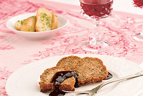 Festtagsmenü mit einem klimaschonendem Nussbraten, Petersilien-Kartoffeln und Rotkohl mit Rosinen und Himbeeressig.