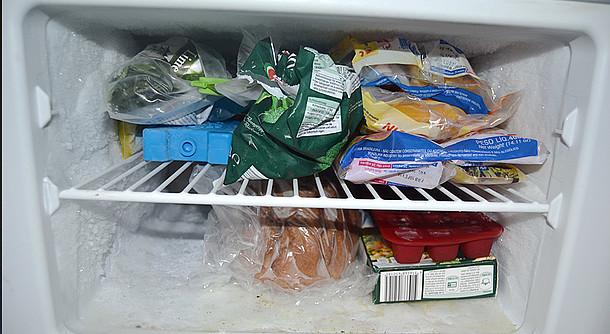 Vereistes Gefriefach mit verschlossenen Lebensmitteln