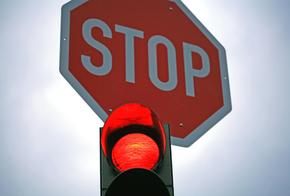 Stopschild und rote Ampel
