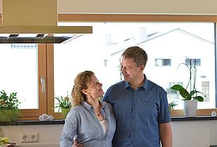 Praxistester Familie Roth freut sich über ihr neues Haus mit kontrollierter Wohnraumlüftung