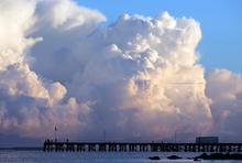 Große Wolken am Pier
