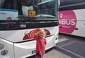 Reisebus und Kind