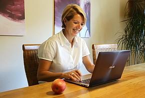 Birgit Lennarz informiert sich im Internet