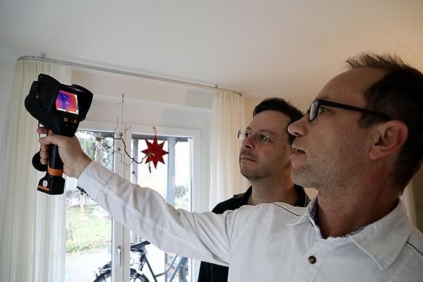 Thermographie: Beispiel im Innenraum – Eigentümer und Energieberater mit Kamera.