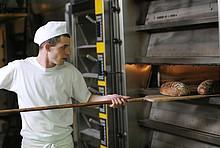 Bäcker am Backofen