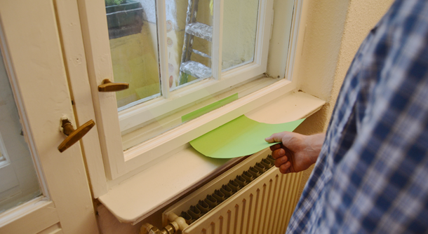 Mit Hilfe eines Papiers können Sie erkennen, ob Ihre Fenster dicht oder undicht sind.