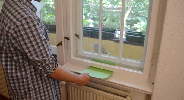 Fenster undicht? Mit einem Blatt Papier lässt sich testen, ob ein Fenster dicht ist oder nicht.