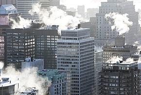 Qualmende Hochhäuser in der Großstadt