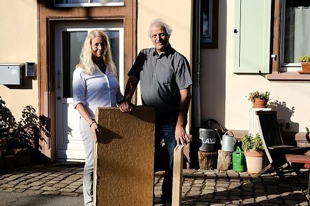 Ehepaar Wiethaler vor ihrem Haus mit einer Dämmplatte.