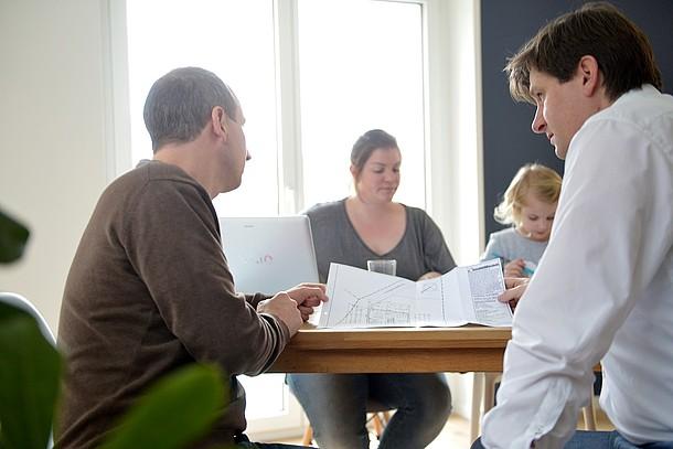 Familie Hopp beim Planen einer kontrollierten Wohnraumlüftung