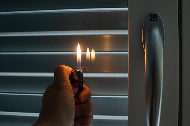 Feuerzeugtest für Fenster: Spiegelt sich die Flamme mehrfach im Glas, handelt es sich um mehrfach verglaste Fenster. Hat eine der Spiegelungen eine andere Farbe, deutet das darauf hin, dass das Glas metallbedampft ist, also eine Wärmeschutzscheibe enthält.