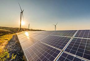 Solaranlage und Windkraftanlagen.