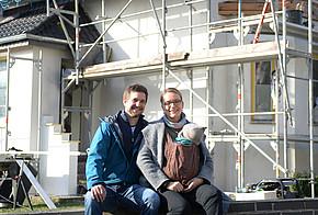 Praxistester Familie Krämer vor ihrem Altbauhaus
