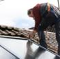Praxistest Solarthermie: Indach-Montage von Kollektoren Schritt 6 – Kollektoren verschrauben.