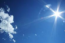 Strahlende Sonne am blauen Himmel - was tun an heißen Tagen?