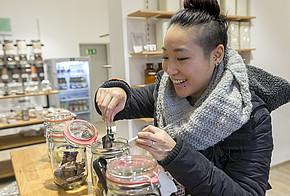 Shia Su entscheidet sich für unverpackte Lebensmittel und kauft nur so viel ein, wie sie auch benötigt.