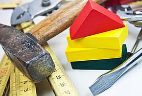 Hammer, Zollstock und Schraubendreher als Symbol für Hausmodernisierung