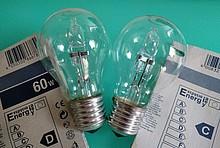 zwei Halogenlampen E27 mit Energieeffizienzlabel nebeneinander, link Klasse D, rechts Klasse C
