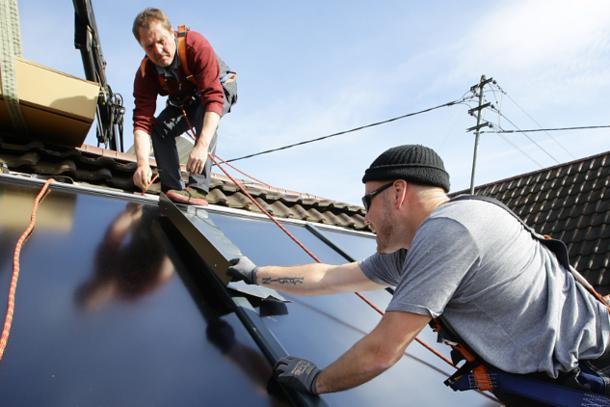 Praxistest Solarthermie: Indach-Montage von Kollektoren Schritt 7 – Abdeckbleche zwischen Kollektoren anbringen.
