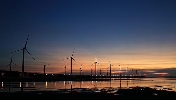 Windkrafträder bei Sonnenuntergang