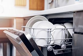 Geschirrspüler mit sauberem Geschirr.
