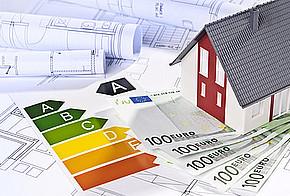 Energieeffizienzausweis mit Geldscheinen, Hausmodell und Bauplänen