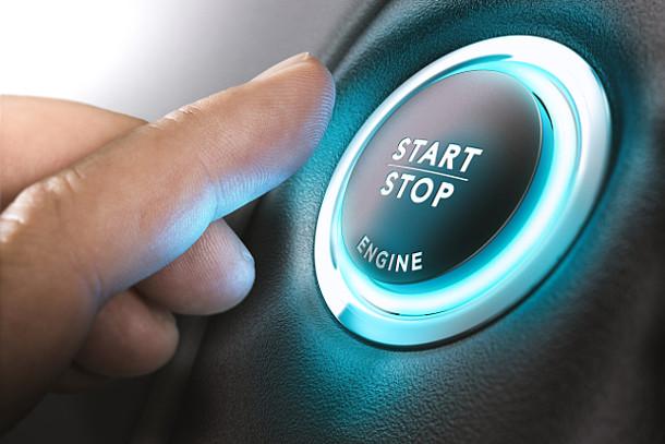 Ein Mann stellt sein Auto per Knopfdruck aus.