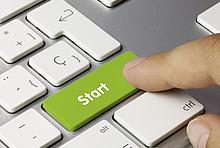 Daumen drueckt auf gruene Starttaste an Tastatur.