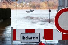 Warnungsschilder bei Hochwasser