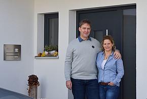 Praxistester Familie Roth vor ihrem Haus in Kempten
