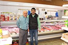 Ali Dogan und sein Vater in ihrem türkischen Supermarkt in Bremen