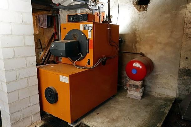 Eine alte Ölheizung in einem Heizungskeller.