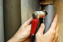 Die Isolierung von frei liegenden Heizungsrohren birgt enormes Sparpotenzial für die Heizkosten.